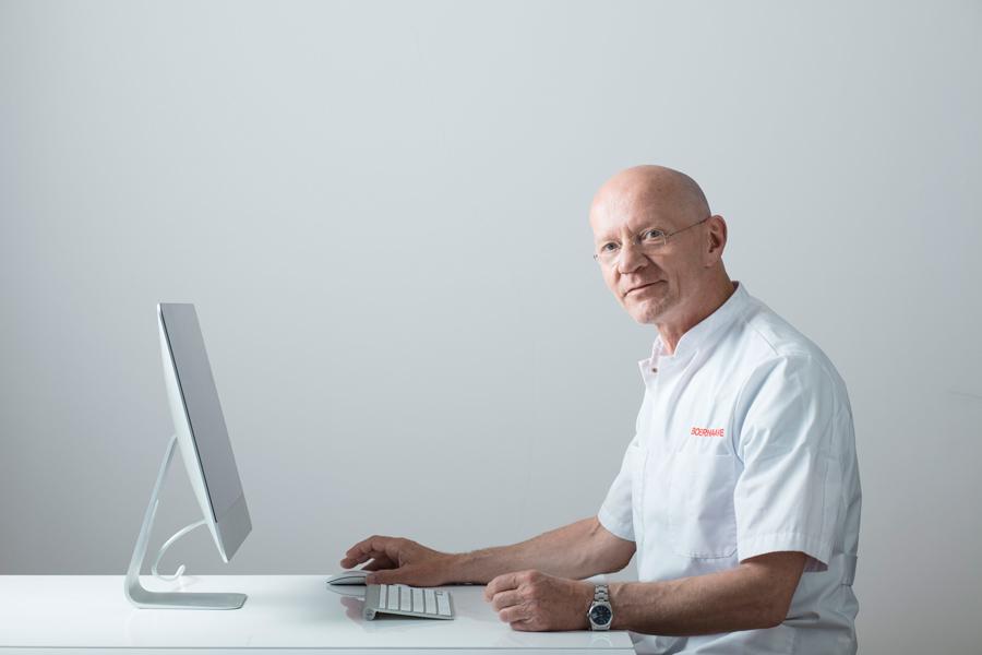 Dr Leo Peter van der Weij voert dagelijks video cunsulten uit in het Boerhaave medisch Centrum